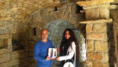صورة غاندي بوذياب رئيس جمعية كهف الفنون يستقبل الشاعرة لودي شمس الدين